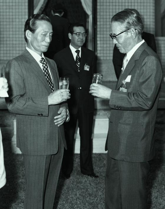 Пак Чон Хи (слева) и Ли Бён Чхоль (справа)